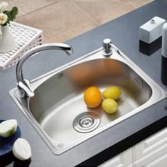 Cheap Kitchen Sinks Farmhouse Table Sets 厨房水槽单槽好还是双槽好 看完之后恍然大悟 做出了选择 每日头条 大单槽价格相对便宜 大单槽最大的好处就是容量大 炒锅 菜盆这样的大物件都能放的下 一些比较大的菜也可以完全放的进去 同时大单槽还可以自由搭配 像沥水架 洗菜