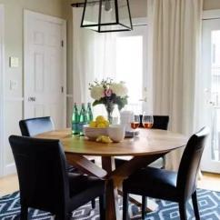 Navy Blue Kitchen Decor Flooring Ideas For 海军蓝 一幅遨游的艺术品 每日头条 天鹅绒单人椅有着柔和的质感 深蓝色的椅子融入进灰蓝色的墙面中 让房间不会显得拥挤 墙面上的黑白照片成为富有怀旧感的装饰