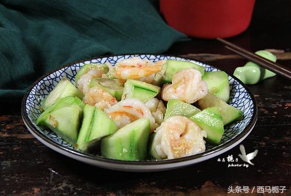 夏季必吃的絲瓜炒蝦仁,只需多一步,絲瓜炒出不發黑而且顏色更漂亮 - 每日頭條