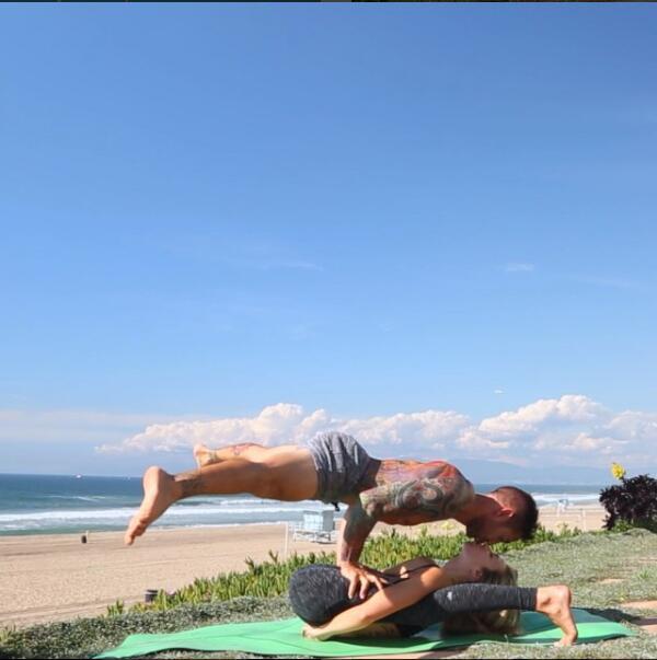 瑜伽情侶柔韌度無敵 解鎖全部高難度姿勢 - 每日頭條