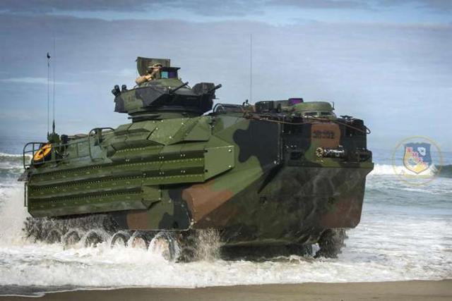 美陸戰隊兩棲車AAV7細節曝光,一名士兵竟然在訓練「逃跑」 - 每日頭條