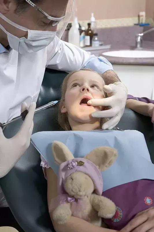 孩子拔牙傷身體?乳牙不可以拔?這些拔牙誤區你中了幾個! - 每日頭條