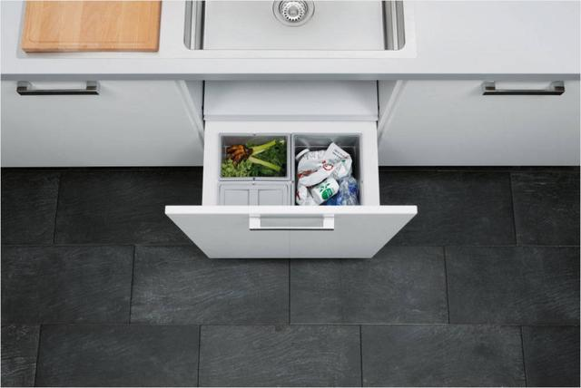 kitchen trash can pull out cabinet pulls and handles 关于厨房垃圾 其实你可以做的更多 每日头条 一不小心厨房就变成题图那个样子 就没什么好办法 说到这 也许你也想到了隐藏式垃圾桶