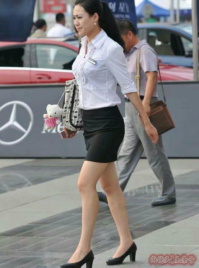 尚鏡頭:街拍白襯衫。黑色短裙。職業裝標配 - 每日頭條