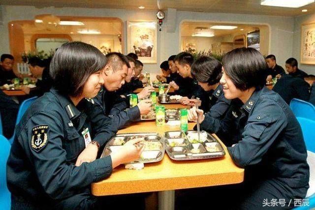 遼寧艦航母伙食揭秘:食物種類多。一日多餐。單獨就餐。還有專門少數名族餐廳提供清真食物 - 每日頭條