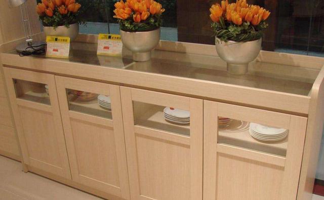 kitchen aid cabinets backsplash designs 厨房餐边柜万万不可这么摆放 人祸 难以避免 疾病缠身没法躲 每日头条 不同于厨房内其他常见的摆设和工具 餐边柜作为一种 辅助 型 家具虽然有着多种多样的功能 但是在摆放的时候还是很容易触犯相关的风水注意事项 带来糟糕的风水运势