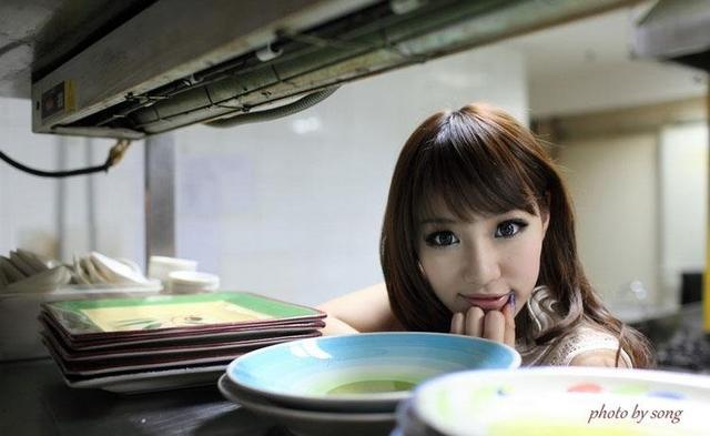 kitchen maid stands 萌妹子厨房女仆装高清写真 每日头条 萌妹子身穿女仆装在厨房吃着各种美食 美女这是有多饿呢