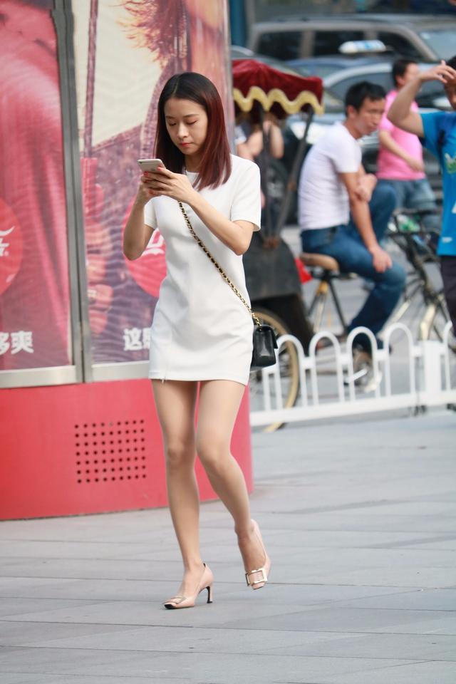 街拍:黑色上衣配上白色熱褲。經典的黑白配 - 每日頭條