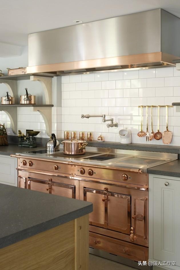 farmhouse kitchen faucet small flat screen tv for 美丽的爱德华时代风格的朝鲜蓟厨房 每日头条 这间由朝鲜蓟设计的现代爱德华时代风格的厨房是一个定制的设计 它融合了多种木材 金属和石头 最终形成了厨房的魅力 冷不锈钢和暖铜的结合创造了完美的平衡 白色与