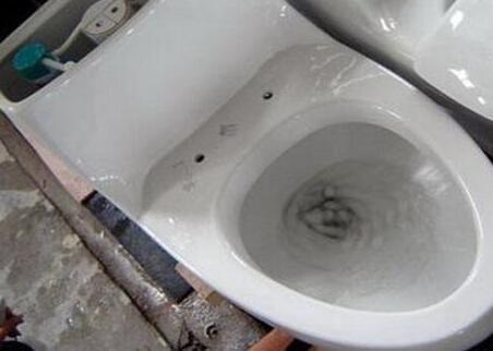 馬桶底座漏水怎麼修?馬桶上水不能完全止水怎麼修? - 每日頭條