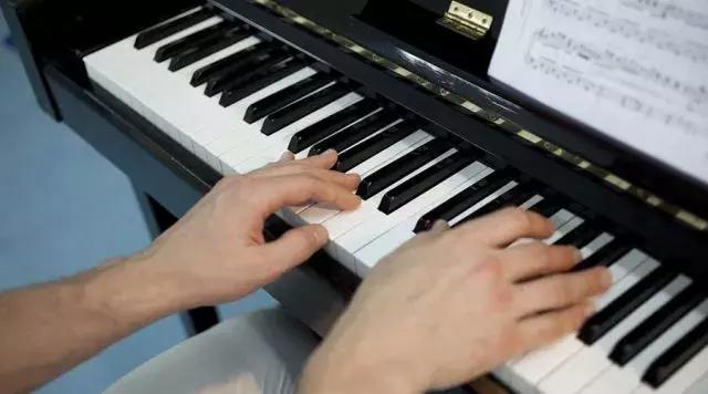 成人學鋼琴, 學鋼琴前需要準備什麼之類的問題。 在這邊小編來跟大家講講,在成年人看來,怎樣才能速成?這2種練習方法了解一下 - 每日頭條
