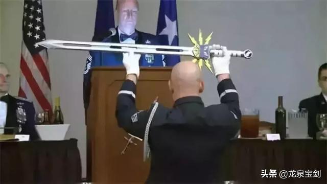 美國空軍最高榮譽「大寶劍」,造型浮誇!只想說最美不過是漢劍! - 每日頭條