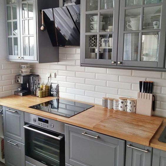 modern kitchen backsplash gray wash cabinets 一篇文章 让你找到喜欢的那种灰色厨房 每日头条 现代时尚的深灰色厨房 带有黑色篷 白色台面和灰色的石头后挡板看起来很时尚