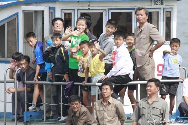 朝鮮人在鴨綠江旅遊,好奇的看著中國一側 - 每日頭條