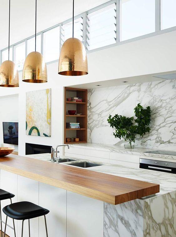 grey kitchen backsplash small island with seating 大理石台面 这样的厨房 做饭时心情一定很美 每日头条 也许你的灵感来自一点灰色 如果是这样的情况 那么你会想在这个家庭厨房里面跳 请记住 将台面与后挡板匹配的一致性只会增加这种清晰的现代视觉