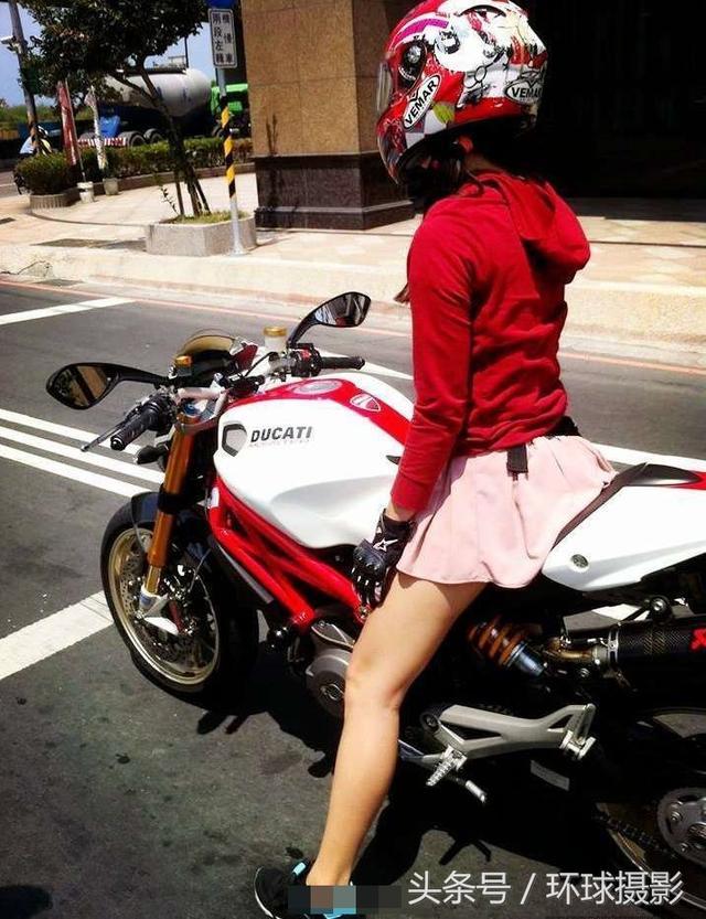 氣場滿點的騎重機姑娘。很好奇她摘下頭盔後長什麼樣子 - 每日頭條
