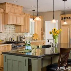 Distressed Kitchen Chairs Touch Faucet Reviews 有岛台的厨房 出来的效果绝对惊艳 每日头条 浪漫的吧台风格 一束向日葵带来了原生态的活泼和灵动 黑桃木椅子和黑晶云石的台面 相互辉映 尊贵而不失优雅