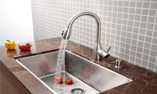pull out kitchen faucets remodel pictures 为什么厨房水龙头要装可伸缩式的 每日头条 家居装修时 对于厨房的安装最好要关注各个细节 而厨房里的水龙头是使用频率很高的东西 安装一个科学的水龙头 女主人做饭时才能更加省时省力 做出可口的饭菜