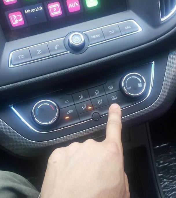 車內有1個快速除霧按鈕,多數人都弄不懂,這10年車真的是白開了 - 每日頭條