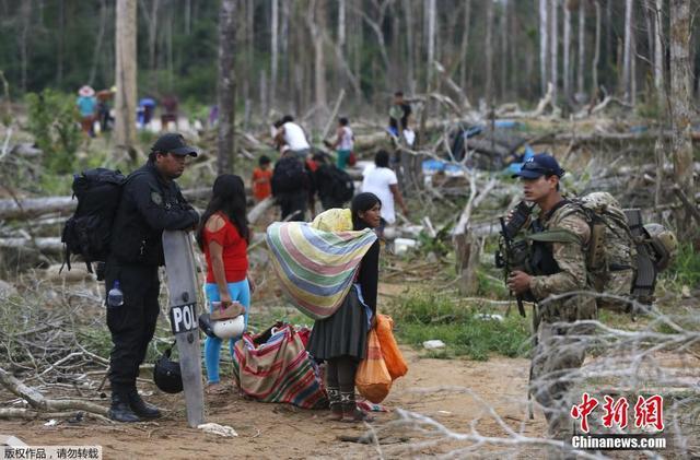 秘魯警方打擊亞馬遜雨林非法淘金 放火燒村(高清組圖)- 新聞 - 每日頭條