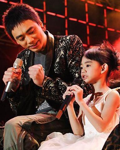 阿信女兒都這麼大了,8歲的時候和爸爸同臺演唱過呢 - 每日頭條
