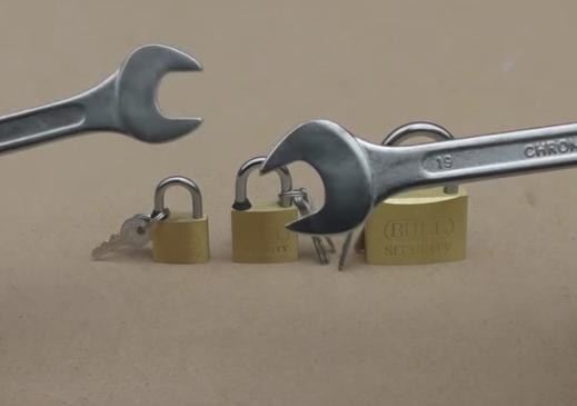 掛鎖鑰匙不見無法開鎖。兩把常用的拆卸工具就能將其打開 - 每日頭條