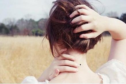 為什麼很多人的脖子後面都有一顆黑痣? - 每日頭條