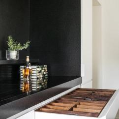 Travertine Kitchen Backsplash Clock 70年代传统厨房浴室大改造 极简主义者的最爱 每日头条 两个长墙的橱柜都铺着一层暖白色的漆 地板上铺着奶油色的石灰华 这证明了空间中材料的混合是一个中性的背景