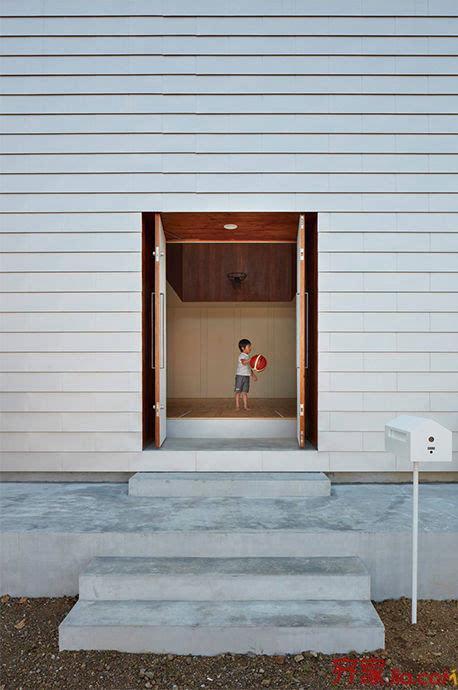 build kitchen table what is the best way to unclog a sink 为了打篮球这家人在卧室厨房中间建了座球场 每日头条 日本静冈的沿海社区里就出现了一个热爱篮球的家庭 他们在住宅内建造了一个篮球场 这个 篮球场住宅 是建筑师koizumi sekkei 设计的