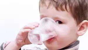 你喝水總是被嗆到嗎?小心了。你可能...... - 每日頭條