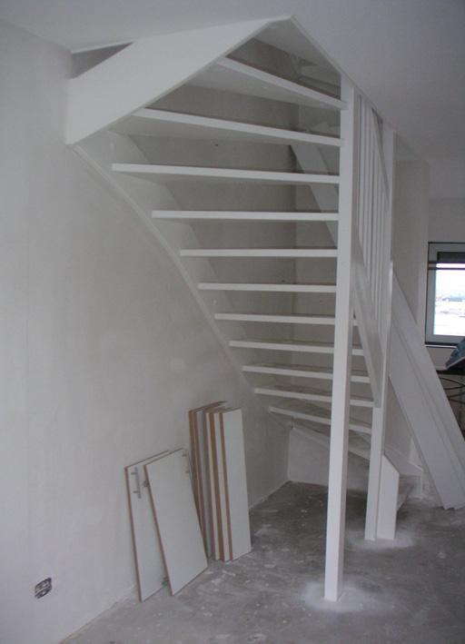 樓梯下做儲物間。媳婦靈機一動側邊裝20公分寬置物架。越看越滿意 - 每日頭條