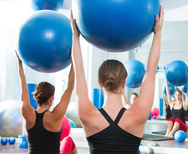 別小看了瑞士球。幾個訓練動作。鍛造結實的肌肉和強壯的身體! - 每日頭條