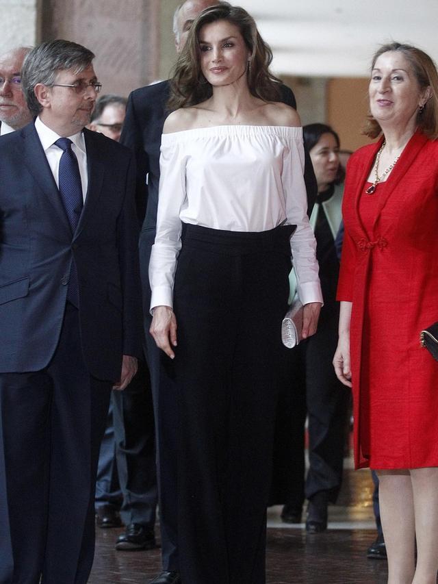 西班牙王后萊蒂齊亞白衣黑褲秀香肩 - 每日頭條