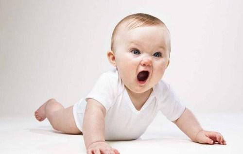 嬰兒幾個月會抬頭?0-1歲嬰兒大運動發育標準是什麼? - 每日頭條