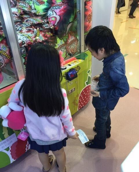 李湘女兒王詩齡去玩娃娃機,網友卻只看到了脖子上奢華鑽石項鍊! - 每日頭條