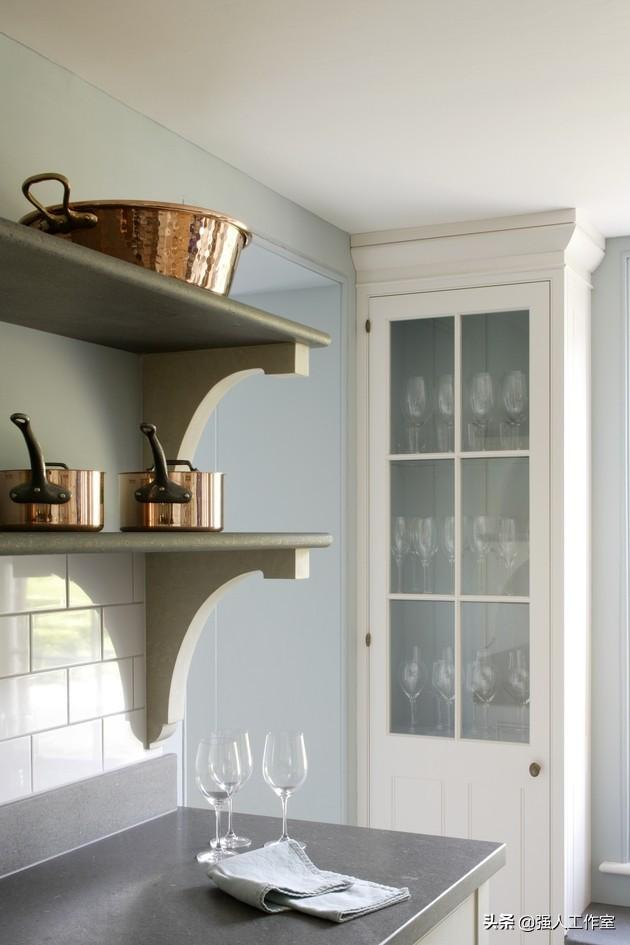 farmhouse kitchen faucet second hand cabinets 美丽的爱德华时代风格的朝鲜蓟厨房 每日头条 除了冷暖结合外 库克的厨房还将现代和传统元素结合在一起 像令人惊叹的当代铜和不锈钢拉科努埃炉灶和抽气罩这样的元素 与客户的铜锅相匹配
