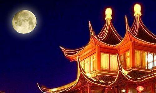 中秋圓月掛在天空中 皎潔月光灑在地上 像輕紗一樣溫柔 - 每日頭條