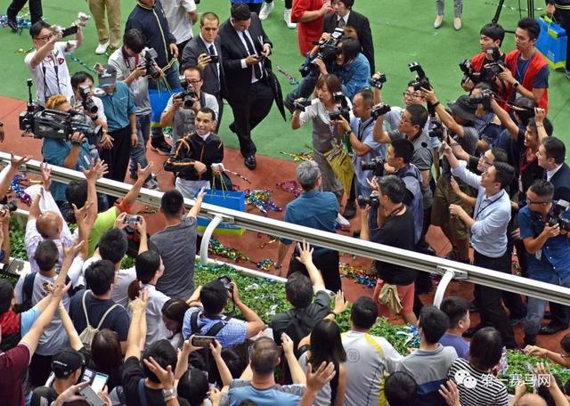「現場」1242.82億港元!香港2017/18馬季總投注額連續第五年破千億大關!——1賽馬網 - 每日頭條
