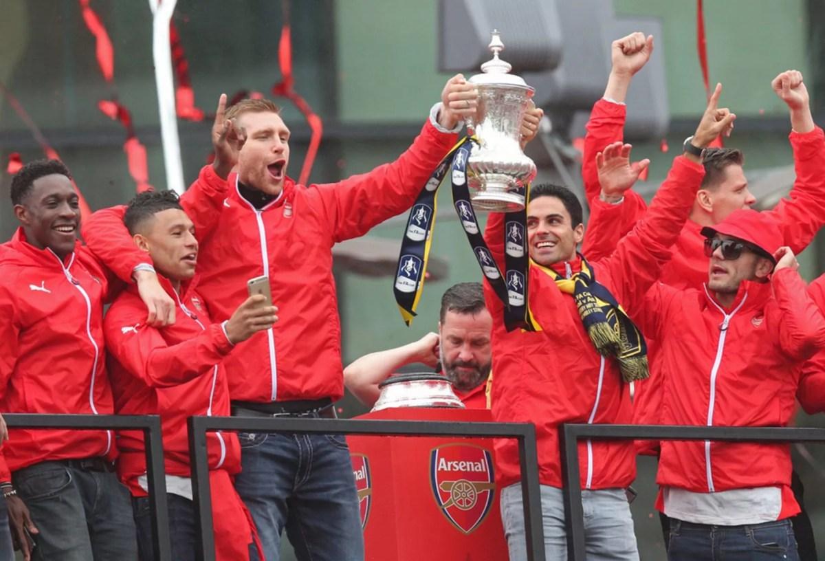 Danny Welbeck, Alex Oxlade Chamberlain, Per Mertesacker, Mikel Arteta, Jack Wilshere and Aaron Ramsey celebrate