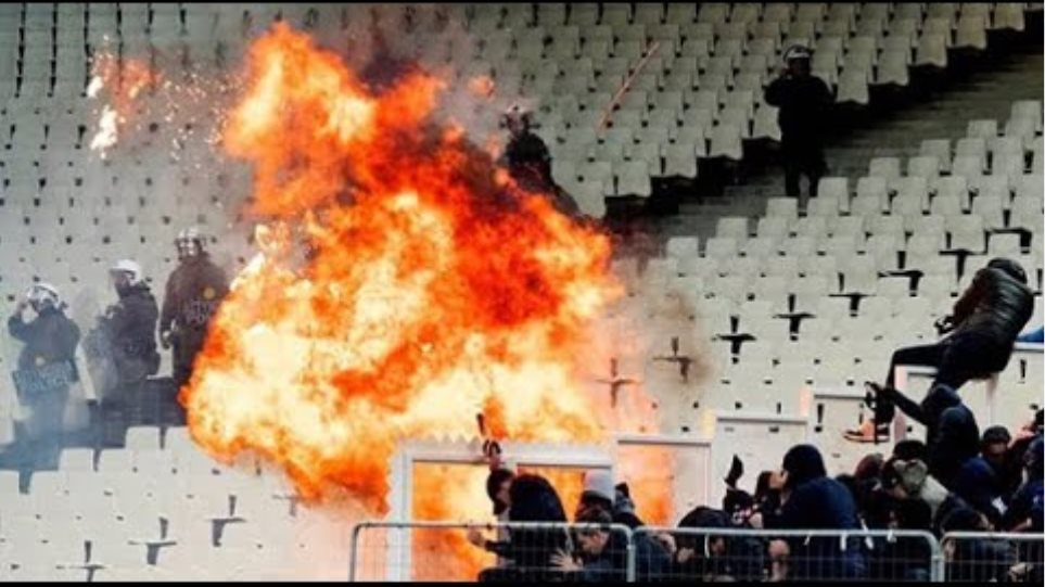 Alle beelden van rellen bij AEK - Ajax (In het stadion)