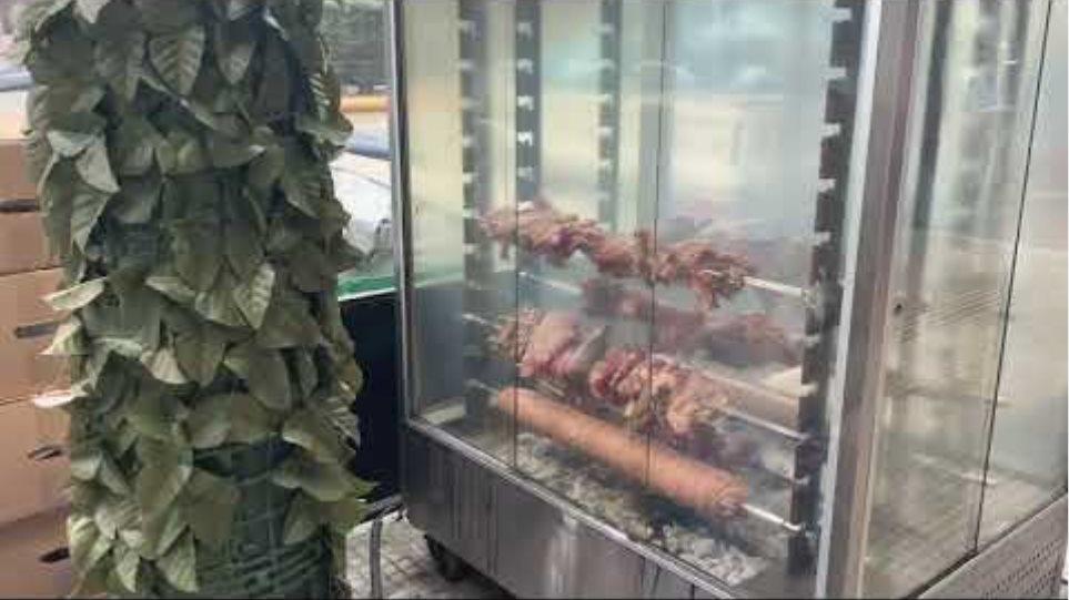 Σούβλες σε πεζοδρόμια στην Αθήνα