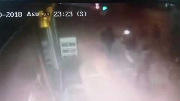 Βίντεο-ντοκουμέντο: Οι κουκουλοφόροι ανάβουν μολότοφ λίγο πριν επιτεθούν στο ΑΤ Ομονοίας