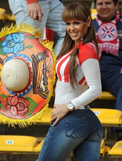 Nem a derrota de sua seleção para o Uruguai deve estragar o charme desta torcedora paraguaia