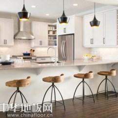 White Kitchen Floor Costco Countertops 地板也玩个性搭配为清新亮丽厨房增色 壹读 这间厨房的墙面并没有窗户 但是由于白色橱柜 墙面和木地板的搭配 使厨房显得更加开阔 通透 明亮