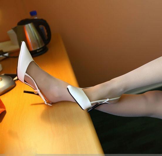單一的低調。優雅氣質的純白高跟鞋搭配薄絲襪 - 壹讀