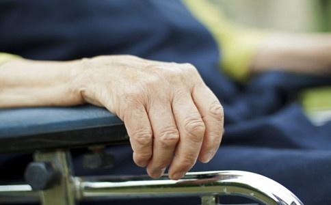 老年人手抖的原因有哪些?如何治療? - 壹讀