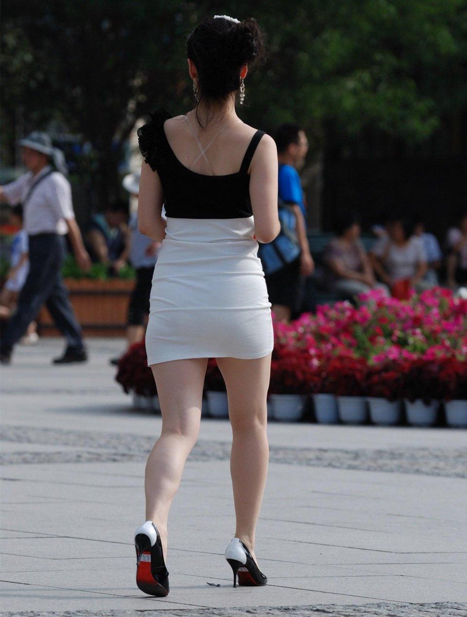 街拍。黑色露肩上衣搭配白色包臀裙。美女氣質迷人體型圓潤 - 壹讀