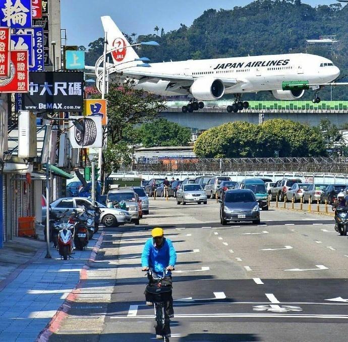 臺北松山機場,當飛機從城市上方飛過,感覺一伸手就能把它拽下來 - 壹讀