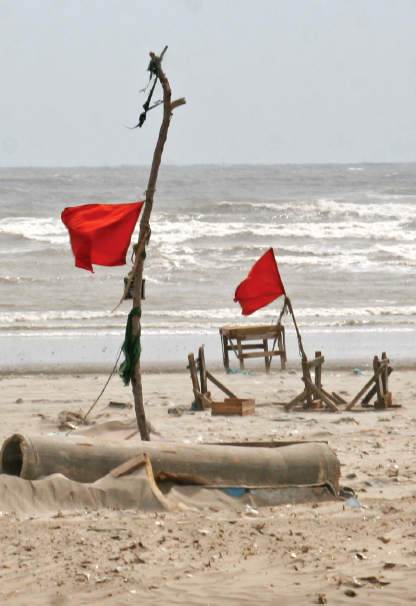 https://i0.wp.com/i1.tribune.com.pk/wp-content/uploads/2014/09/seaview-memorial-drown-drowning-marker-graves-photo-athar-khan.jpg