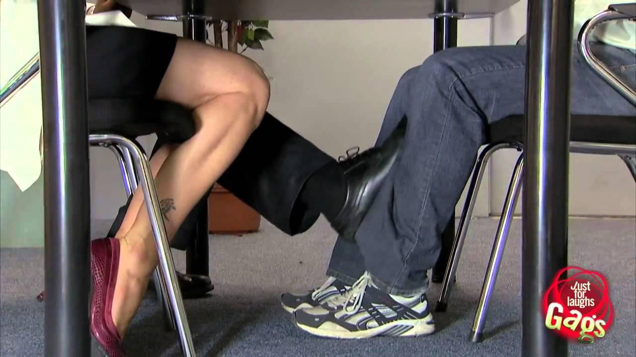 Pegadinha  Roando a perna por baixo da mesa  YouTube
